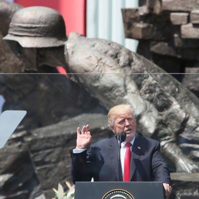 USA:s president Donald Trump talar vid Krasinski-platsen i Warszawa.