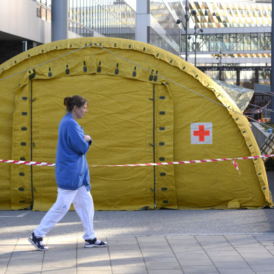 Ett gult tält har satts upp utanför Karolinska universitetssjukhuset i Solna för att ta emot coronapatienter.