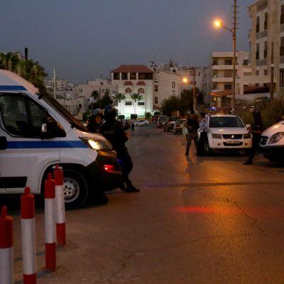 Polis utanför Israels ambassad i Amman.
