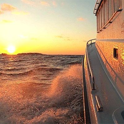 Vene purjehtii kohti nousevaa aurinkoa.