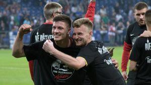 Luka Jovic och Lukas Hradecky firar efter matchen.