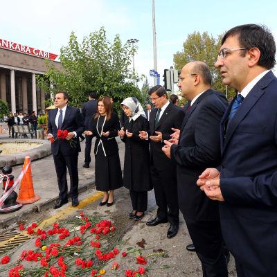 Ahmet Davutoğlu (tredje från höger) och hans hustru hedrar offer för bombdåd.