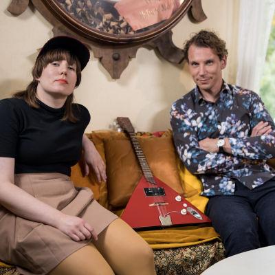Litku Klemetti ja Juha Itkonen istuvat vierekkäin sohvalla.