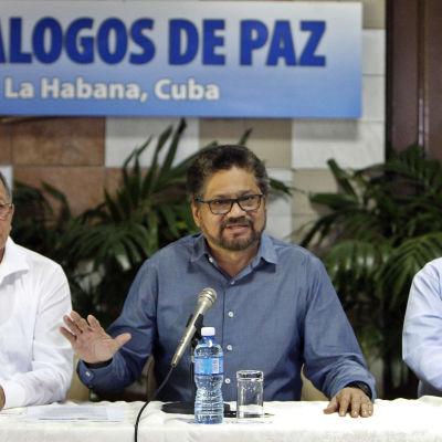 Representanter för Farc under fredssamtalen i Kuba i februari 2016. Farcdelegationens ledare Luciano Marin i mitten.