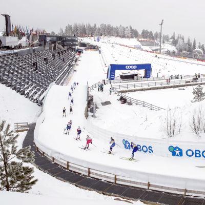 Åkare tävlar inför tomma läktare i Holmenkollen.