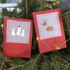 Två handgjorda julkort med en ren på det ena ochsnögubbar på det andra.