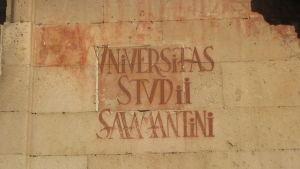Vanha seinäkirjoitus, jossa lukee latinaksi Salamancan yliopisto.