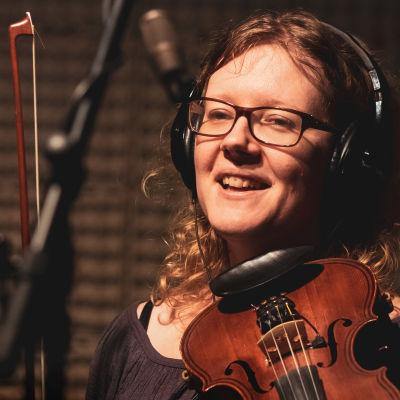 Johanna Lönngren med violin och stråke i inspelningsstudio.