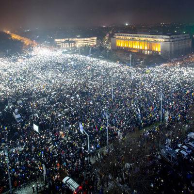Uppskattningsvis 200-300 000 människor deltog i demonstrationen i Bukarest på söndagen 5.2.2017