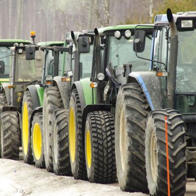 Traktorer på rad på väg på manifestation till Senatstorget.