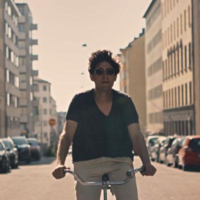 Kasper Strömman cyklar på stan