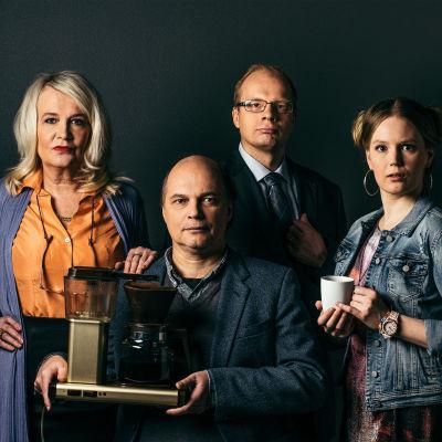 Radioteatteri esittää: Töissä täällä. Kuvassa Vipe (Miitta Sorvali), Pertsa (Jari Salmi, Pomo (Ville Myllyrinne) ja Ansku (Pia Andersson)