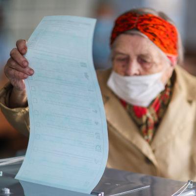 En kvinna i Ryssland förhandsröstar i lokalvalen 2020.