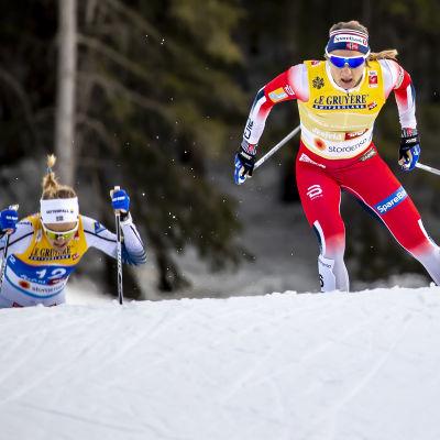 Maiken Caspersen Falla åker med Stina Nilsson i hasorna.