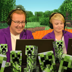 Kommentatorerna sitter mitt inne i en minecraftvärld med creepers