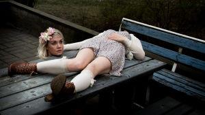 Nununun promokuva, nainen makaa pihapöydällä pää kainalossaan