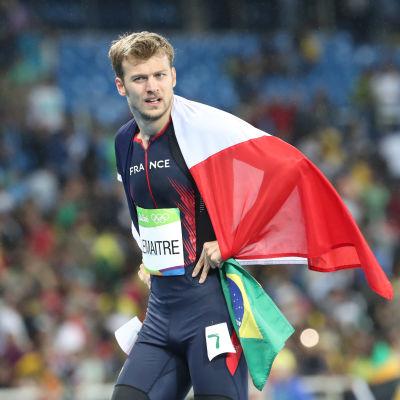 Sprinterstjärnan Christophe Lemaitre med en fransk flagga runt sig.