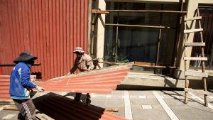 Arbetare täckte över butiksfönster i La Paz på lördagen inför valet, som befaras leda till oroligheter