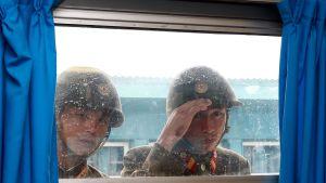 Nordkoreanska soldater kikar genom ett fönster i gränsstaden Panmumjom, som ligger på den Sydkoreanska sidan.