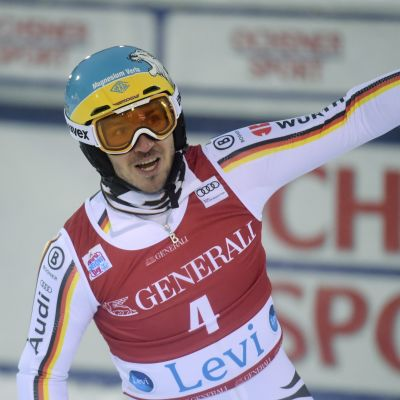 Felix Neureuther sträcker armen i luften
