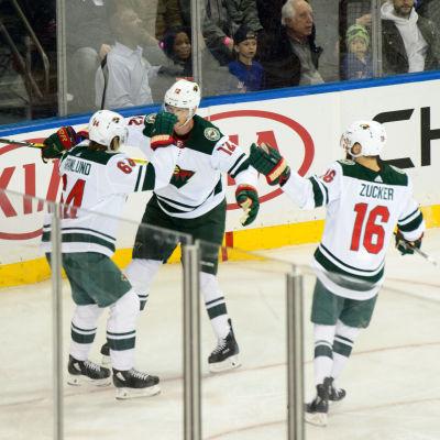 Mikael Granlund, Eric Staal och Jason Zucker jublar på isen