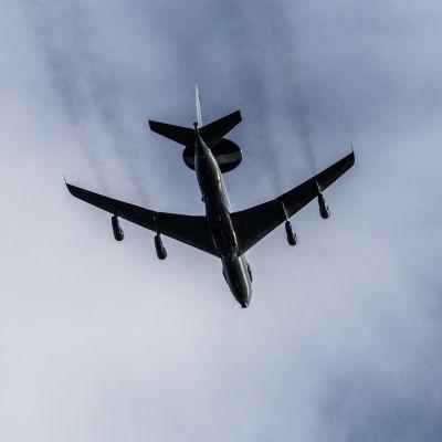 Yhdysvaltalainen AWACS-tiedustelukone Norjan Trondheimissa.
