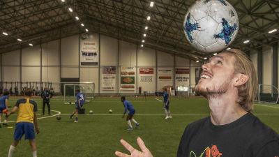 Fredrik Jensen balanserar en boll på huvudet.
