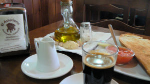 Tyypillinen aamiainen - kahvi, leipää tomaattimurskalla