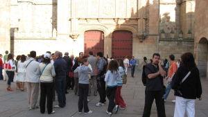 Ihmisiä seisoskelee Salamancan yliopiston edessä olevalla aukiolla.