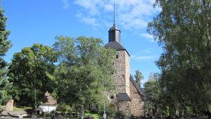 Korpo kyrka i sommargrönska.