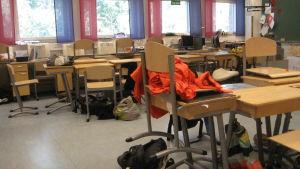 ett rörigt klassrum.