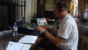Yles ljudplanerare Mikael Andersén vid inspelningen av en nordisk gudstjänst i samband med OS i London 2012.