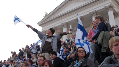 Finska ischockeyfans framför domkyrkan i Helsingfors.