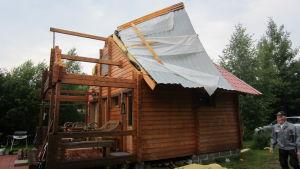 Myrskyn repimä mökin katto