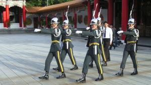Fem taiwanesiska soldater marscherar.