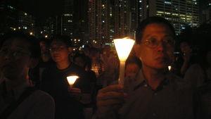 I Hongkong samlas tiotusentals människor varje år för att hedra minnet av dem som dödades i massakern i Peking. Fler och fler människor från det övriga Kina deltar i minnesstunderna.