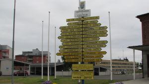 Tienviittoja Haaparannan keskustassa