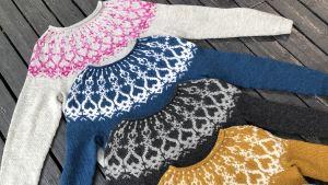 Stickade strömsötröjor i olika färger.