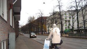 Vid Mechelingatan cyklar många på trottoaren då cykelväg saknas.
