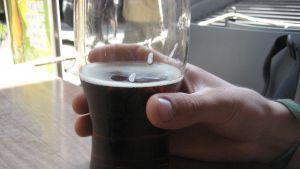 Öl som avnjuts på terass