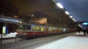 Regionaltåg i snöfall vid Böle station.