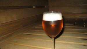 en kall öl i bastun