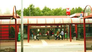 Människor utanför metrostationen i Östra centrum.