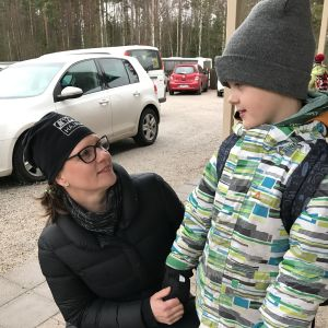 Piia-Riikka Ihander ja Nooa-poikansa Salon Hajalan koululla 11.12.2019.