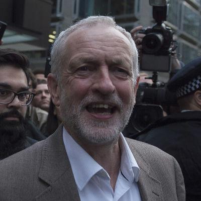 Jeremy Corbyn utanför Labours partikansli i London.