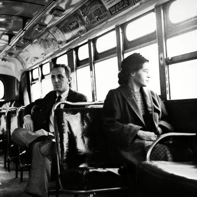 Rosa Parks istuu julkisessa linja-autossa etupenkeillä, Alabaman Montgomeryssa, 21. joulukuuta 1956. Hänen takanaan toimittaja Nicholas C. Criss.