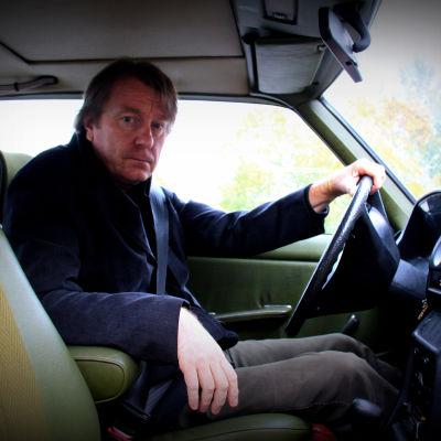 Mika Kaurismäki autossa
