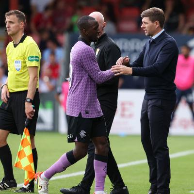 Glen Kamara ja Steven Gerrard lyövät kättä.