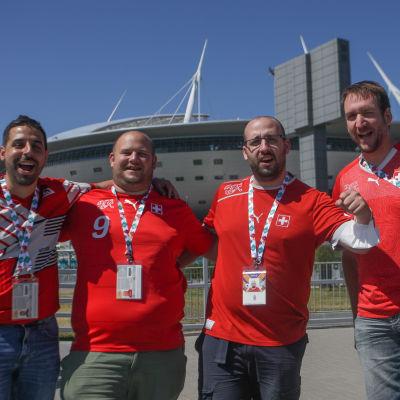 Sveitsiläiskannattajia Pietarin jalkapallostadionin edustalla ennen puolivälieräottelua EM-kisoissa 2021.