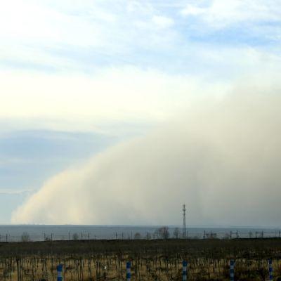 Sandstorm drar in över staden Zhangye i Kina.